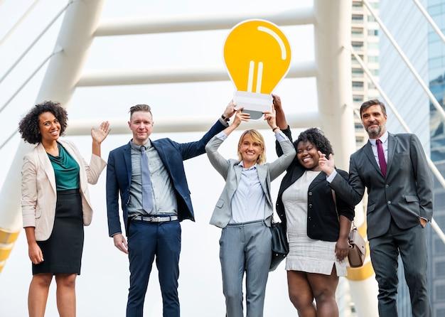 Pomyślni ludzie biznesu z pomysłami