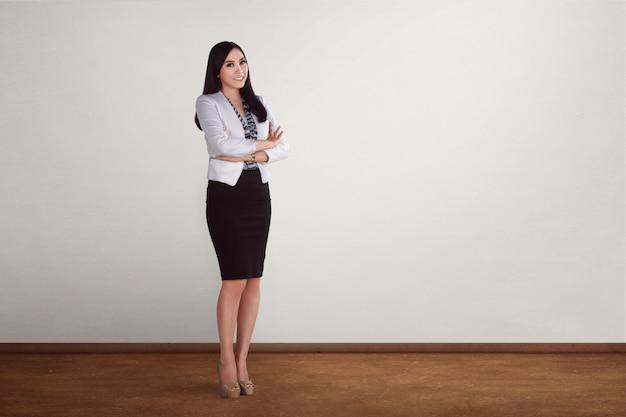 Pomyślny azjatykci bizneswoman patrzeje szczęśliwy i uśmiechnięty