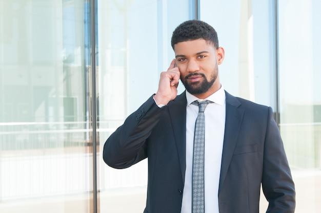 Pomyślny biznesmen mówi na telefon