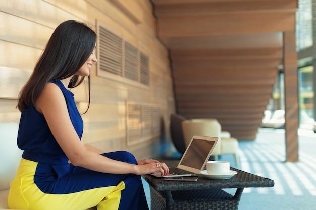 Pomyślny biznesmen pracuje przy laptopem.