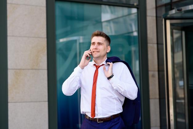Pomyślny biznesmen rozmawia przez telefon.