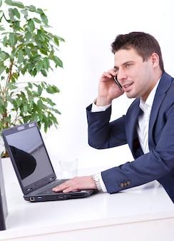 Pomyślny biznesmen używa telefon komórkowego
