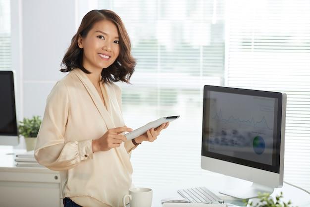Pomyślny bizneswoman przy biurem