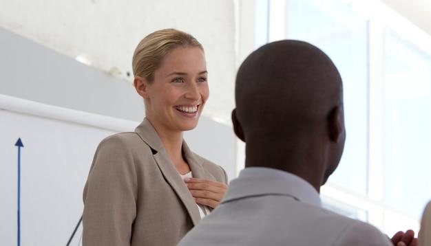 Pomyślny bizneswoman robi prezentaci