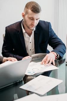 Pomyślny człowiek biznesu w biurze roboczym