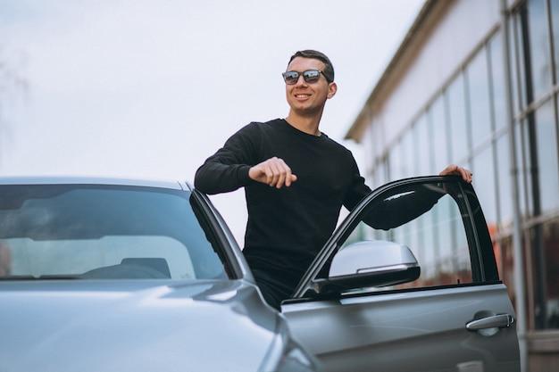 Pomyślny przystojny mężczyzna samochodem