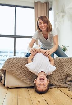Pomysłowa nowoczesna matka z dziećmi wielozadaniowymi o poranku. mama i dziecko to nowoczesne technologie i gadżety. praca w domu w przekierowaniu.