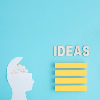 Pomysły formułują nad stertą puste żółte bloki z mózg w pióro głowie