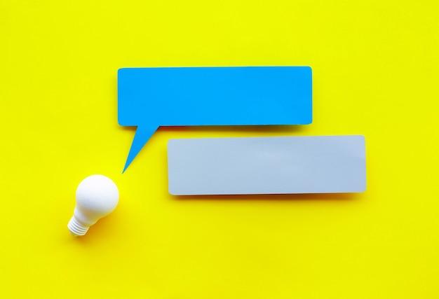 Pomysły i koncepcje kreatywności z żarówką i bąbelkami mowy