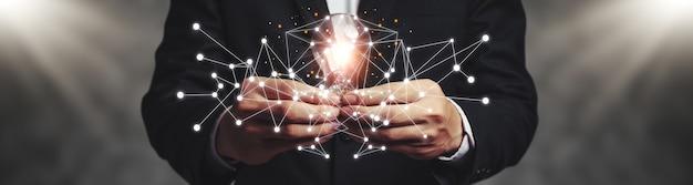 Pomysły na burzę mózgów i nowe pomysły z innowacyjną technologią i kreatywnością w zakresie rozmiaru banera.