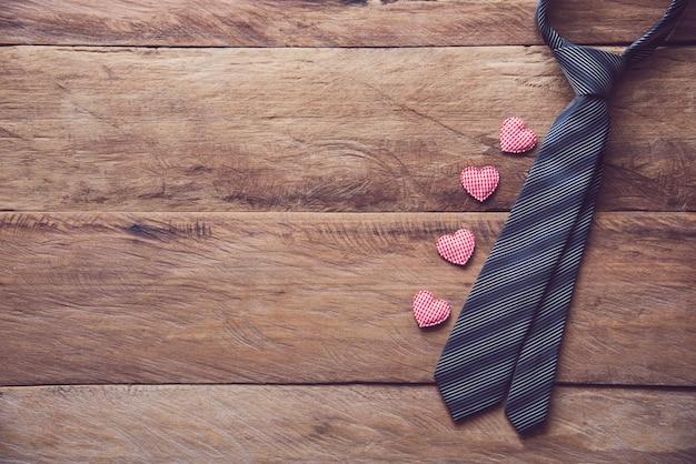 Pomysły Na Prezenty Na Dzień Ojca - Krawaty I Pudełka Na Prezenty Są Umieszczane Na Drewnianej Podłodze. Premium Zdjęcia