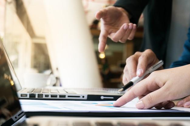Pomysły na projektowanie spotkań biznesowych dla przedsiębiorców profesjonalny inwestor pracujący nad nowym projektem. pojęcie. planowanie biznesowe w biurze