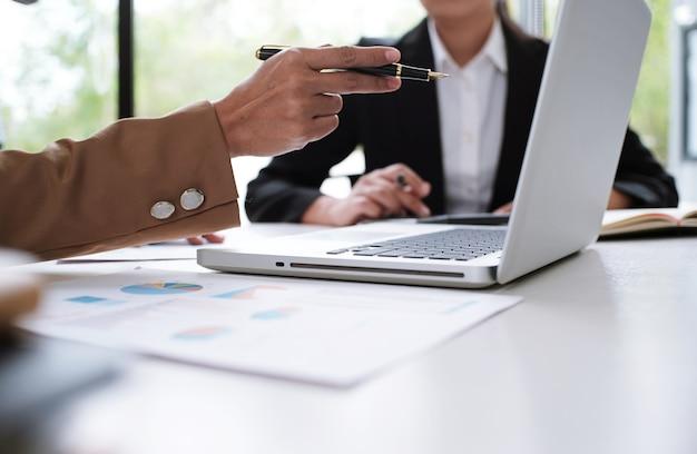 Pomysły na projektowanie spotkań dla osób biznesu pomysł profesjonalnego inwestora pracującego nad nowym projektem. pojęcie. planowanie biznesowe w biurze