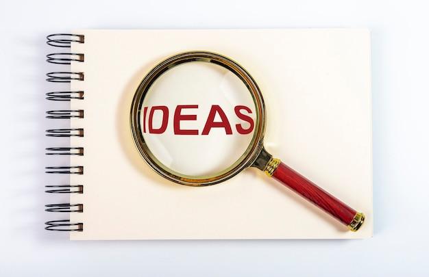 Pomysły na słowa przez lupę na notebooku