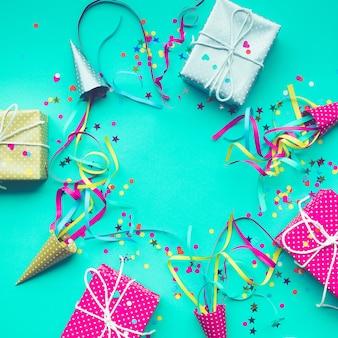 Pomysły na tła uroczystości z kolorowym pudełkiem na prezent