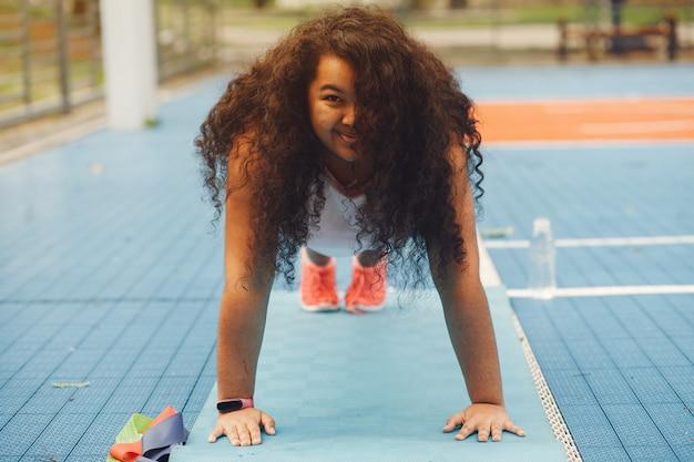 Ponad rozmiar kobiety wykonującej ćwiczenia rozciągające