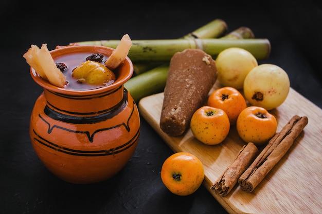 Ponche navidad meksyk, meksykańskie owoce gorący poncz tradycyjny na boże narodzenie
