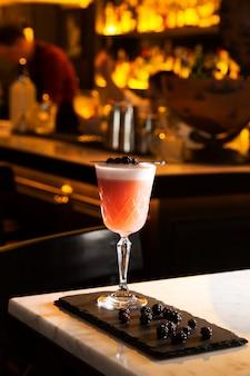 Poncz i koktajl serwują na stole barowym