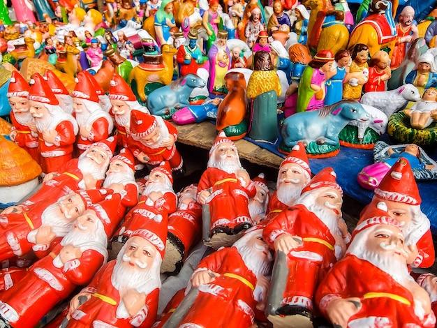 Pondicherry india zabawki noworoczne i świąteczne na targu ulicznym w pondicherry