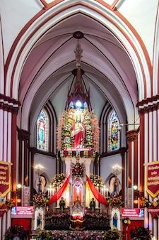 Pondicherry indie wnętrza kościoła katolickiego w pondicherry bazylika najświętszego serca pana jezusa
