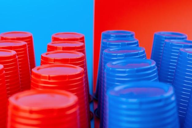 Pong piwa, gra towarzyska na studiach. kubki plastikowe w kolorze czerwonym i niebieskim