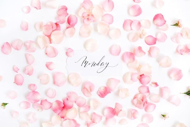 """""""poniedziałek"""" napisany kaligrafią i kwiatowym wzorem z płatkami różowej róży"""