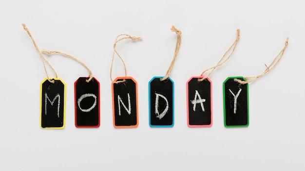 Poniedziałek oznacza tagi na biurku