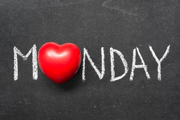 Poniedziałkowe słowo odręcznie na tablicy z symbolem serca zamiast o