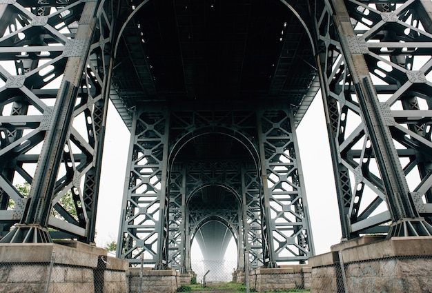 Poniżej ujęcie mostu brooklyńskiego w nowym jorku