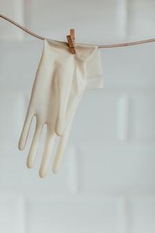 Ponowne użycie gumowych rękawic ekologicznych koncepcji postwirusa drewniane spinacze do bielizny z liną