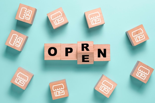 Ponownie otwórz ekran rozdzielający sformułowania na drewnianym bloku kostek w sklepie z ilustracjami. centrum handlowe i restauracje zostaną ponownie otwarte po covid 19.