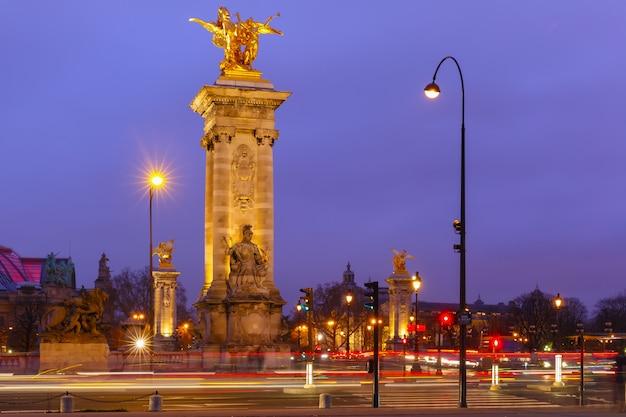 Pont alexandre iii w nocy w paryżu we francji