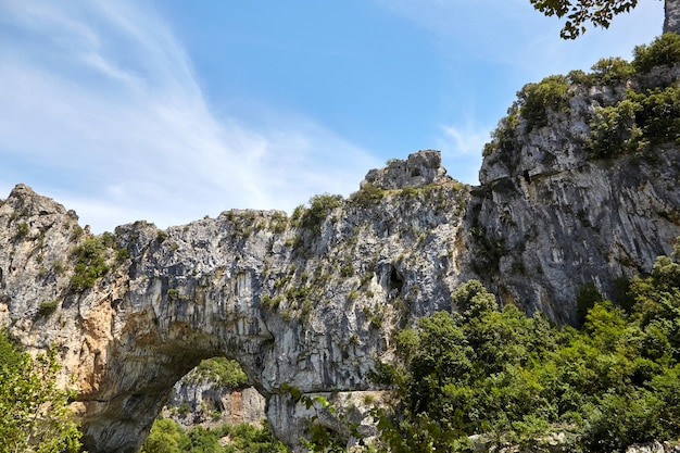 Pont d'arc to naturalny kamienny łuk w wąwozach ardeche we francji
