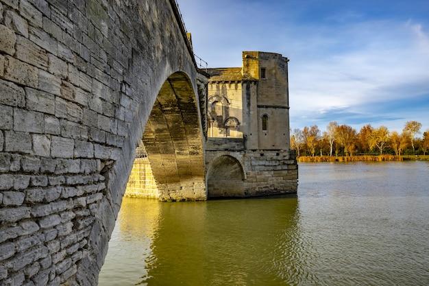 Pont d'avignon nad rzeką rodan w słońcu w ciągu dnia we francji