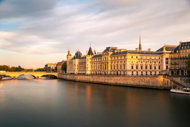 Pont neuf i sekwany w słoneczny letni zachód słońca, paryż, francja