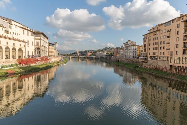 Ponte vecchio nad arno rzeką w florencja, włochy