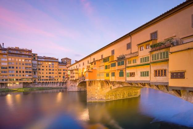 Ponte vecchio nad rzeką arno we florencji, toskania, włochy.