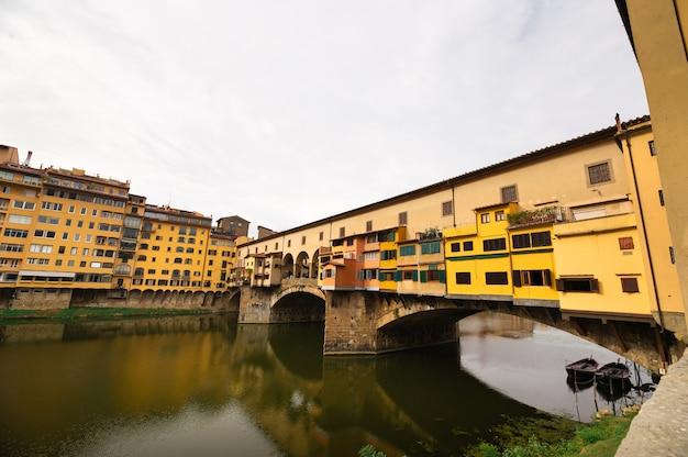 Ponte vecchio nad rzeką arno we florencji, włochy.