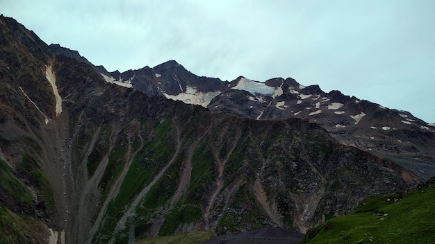 Ponure chmury nad górami kaukazu