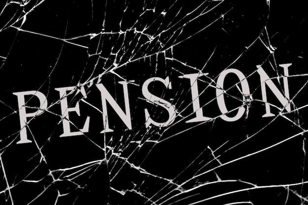 Ponure potłuczone szkło z pęknięciami z napisem pension