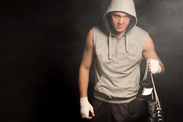 Ponury bokser wychodzący z walki