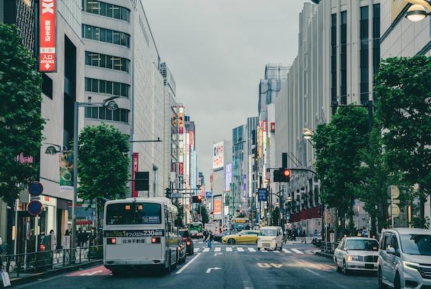 Ponury dzień w mieście z ruchem ulicznym