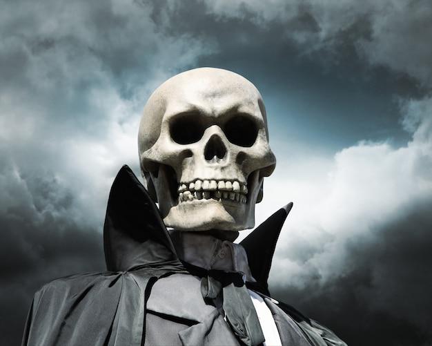 Ponury żniwiarz. szkielet śmierci na pochmurnym niebie dramatycznym