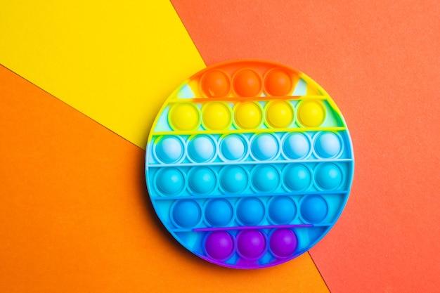 Pop it antystres na kolorowym tle nowoczesne zabawki