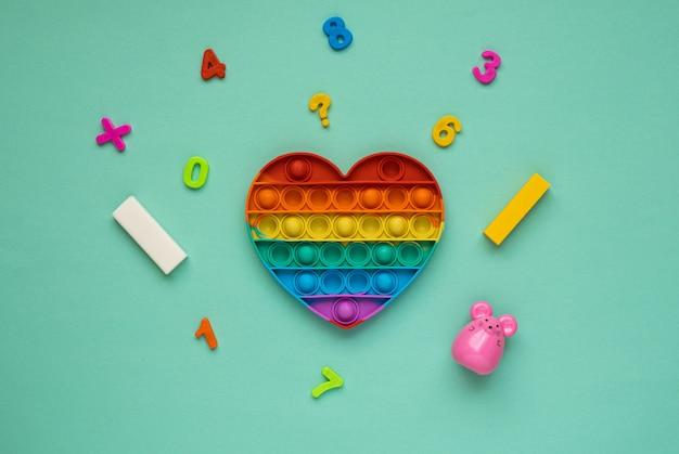 Pop it kolorowa tęczowa zabawka antystresowa w kształcie serca dla dzieci.