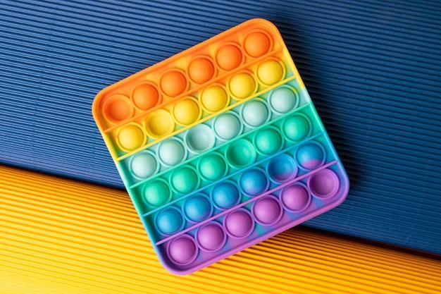 Pop it na kolorowym tle z tektury falistejnowa sensoryczna zabawka antystresowa