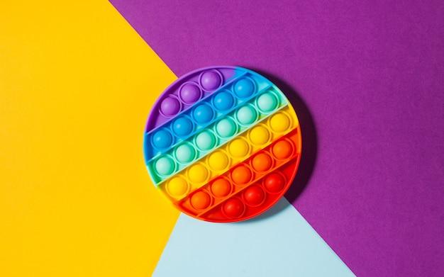 Pop it zabawkowy silikon na kolorowej powierzchni