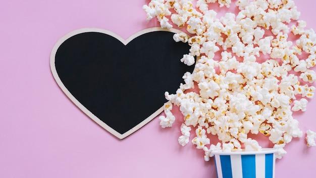 Popcorn i łupek w kształcie serca