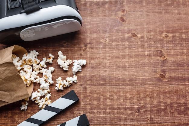 Popcorn i vr na drewnie