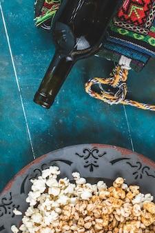 Popcorn, karmel kukurydziany i pszenne przekąski kukurydziane w talerzu, widok z góry